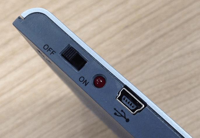 Lámpara LED de alta luminosidad con sensor de movimiento y conexión USB para recargar la batería. Fácil instalación